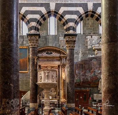 Anfang des 13. Jahrhunderts erhielt das Kirchengebäude bei Renovierungsarbeiten drei Portale im gotischen Baustil.