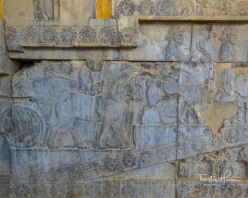 Relief mit Abbildungen der Gesandtschaft aus Libyen