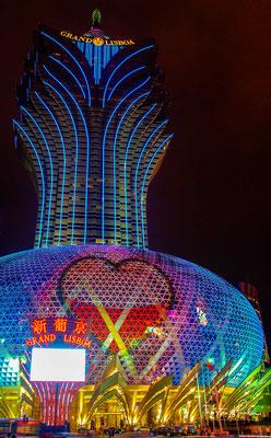 as Grand Casino Lisboa (chinesisch 葡京酒店, Pinyin Pújīng Jiǔdiàn, kantonesisch Pòuhgīng Jáudim 'Pujing-Hotel') ist eine der größten Spielbanken Macaus.