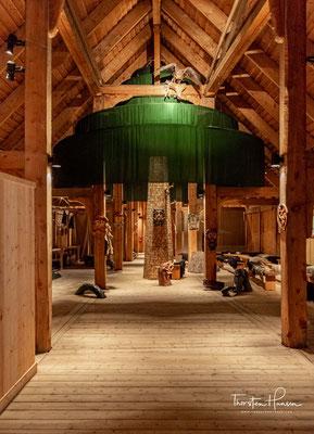 Der andere Eingang führt zu den Wohnräumen, in denen Schmuck und Gebrauchsgegenstände ausgestellt sind, man kann das Spinnen und Weben beobachten, es gibt Vorführungen zur Herstellung von Schuhen.
