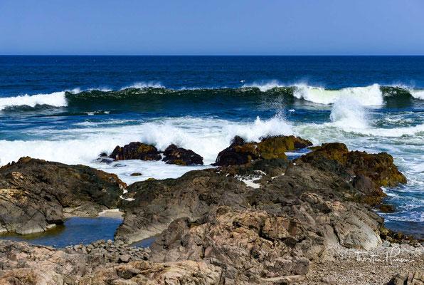 Durch diese Lage verfügt Punta del Este, das größtenteils von Sandstrand umgeben ist, über zwei unterschiedliche Küstenabschnitte. Auf der südwestlichen Seite am Ufer des Rio de la Plata ist der sogenannte Playa Mansa gelegen, während an der Atlantikküste