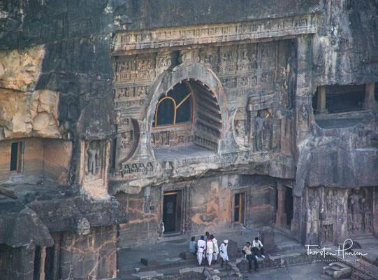 Während der Vakataka-Dynastie im 5. Jahrhundert wurden die meisten Höhlen gebaut, wenngleich die Vertreter des Vakataka als Anhänger des Brahmanismus selbst nicht Hand anlegten.