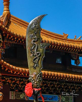 Ein weiteres interessantes Merkmal des Tempels sind die beiden zinnoberroten Steinlöwen auf beiden Seiten des vorderen Platzes.