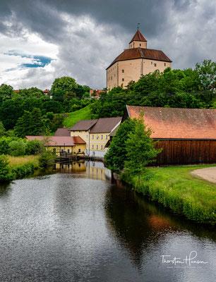 An die Gefangenschaft Friedrichs des Schönen als bedeutendstes Ereignis der Gemeinde sollten die Burgfestspiele Trausnitz erinnern,