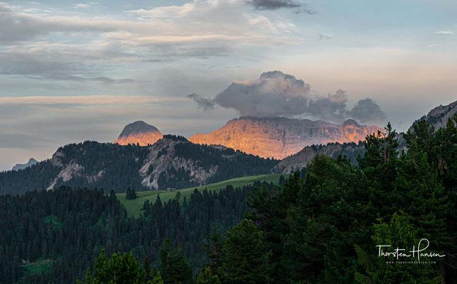 in einigen undurchdringlichen Bergregionen der Schweiz (Romanisch), in den Dolomiten (Ladinisch) und im Friaul (Furlanisch) zurück. Die Dolomitenvariante zählt ca. 30.000 Sprecher rund um die Sellagruppe.