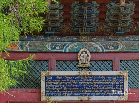 Hier befindet sich die 26 Meter hohe Statue der Göttin Janraisig (Sanskrit: Avalokiteshvara), für die das Kloster berühmt ist.