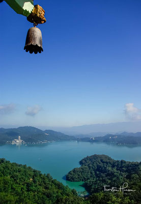 Die Pagode wurde in einen imposanten traditionellen chinesischen Stil erbaut und ist in neun Stockwerke unterteilt. Besucher können nach oben klettern, von wo aus sie einen herrlichen Blick auf den See und die umliegenden Berge haben.