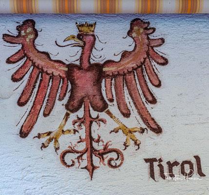 Der Tiroler Adler am Gasthof zur Post in Hinterriß. Das Dorf in Tirol ist die einzige Dauersiedlung innerhalb des Karwendels.