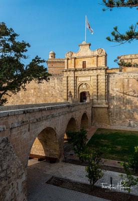 Den Hauptzugang zur Stadt bildet das Main Gate, das der Großmeister des Malteserordens Antonio Manoel de Vilhena (1663–1736) bauen ließ.