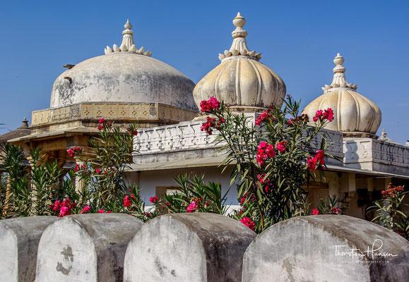 Das Sati ist die rituelle Verbrennung von Frauen in einigen indischen Religionsgemeinschaften. Nach dem Tod des Mannes war es Brauch, dass seine Witwe (oder Witwen) bei der Verbrennung des Leichnams ebenfalls auf dem Scheiterhaufen verbrannte.