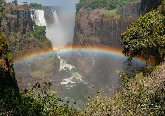 Der Name verweist auf den Wasser-Sprühnebel, der von den Fällen in bis zu 300 m Höhe aufsteigt und noch in bis zu 30 km Entfernung zu sehen ist.
