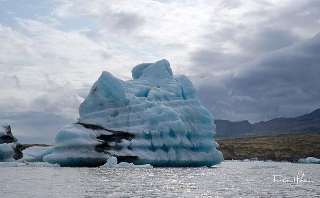 Von diesem Vulkan reicht die Gletscherzunge Fjallsjökull bis zum See hinab, in den sie kalbt.