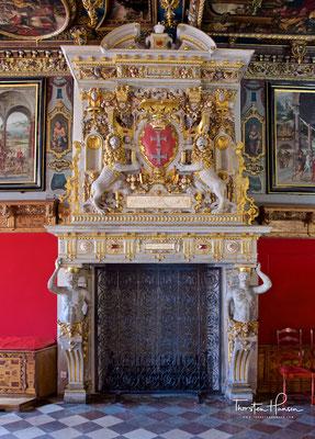 Ältestes Element des purpurnen Saales stellt der Kamin mit dem Wappen Danzigs dar. Wie andere Kunstwerke des Rathausinneren wurde die Ausstattung des Roten Saals größtenteils vor dem Krieg ausgelagert und konnte beim Wiederaufbau wieder eingesetzt werden.