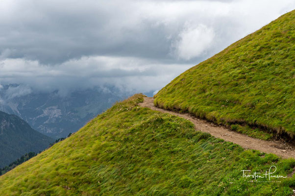...dieser Gratrücken bricht nach Süden in einer geschlossenen, zwei Kilometer breiten und bis zu 800 Meter hohen Steilwand ins Ombrettatal ab.