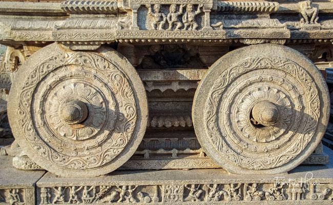 Der Haupteingang befindet sich im Osten und der 165 x 95 Meter große zentrale Tempelbezirk besteht aus einem zentralen Gebäude mit Halle und Heiligtum und mehreren kleineren Säulenhallen rundum, die zum Tanzen und für Hochzeiten genutzt wurden.