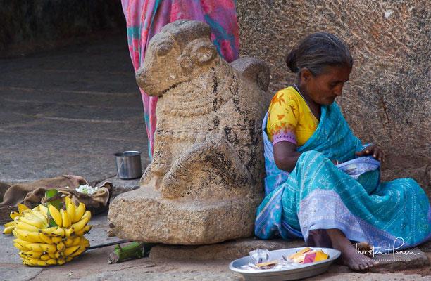 In Hampi erstreckt sich das größte Ruinenfeld Indiens in üppiger Vegetation. Hampi gehört seit 1986 zum UNESCO-Weltkulturerbe.