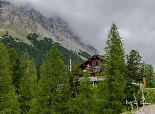 Das Hallerangerhaus liegt auf einer Seehöhe von 1768 m mitten im wunderbaren Karwendelgebirge. Die erste Hütte wurde 1901 am Kohlerboden erbaut und diente schon damals als Stützpunt für Erstbesteiger, Abenteurer und Entdecker.