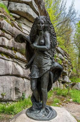 """Bronzeplastik der """"Mutter Erde"""" ein Werk von Engelbert Süss. Mit ihren sinnlichen Formen und dem wallenden Haar ist sie ein faszinierendes Bindeglied zwischen Himmel und Erde."""