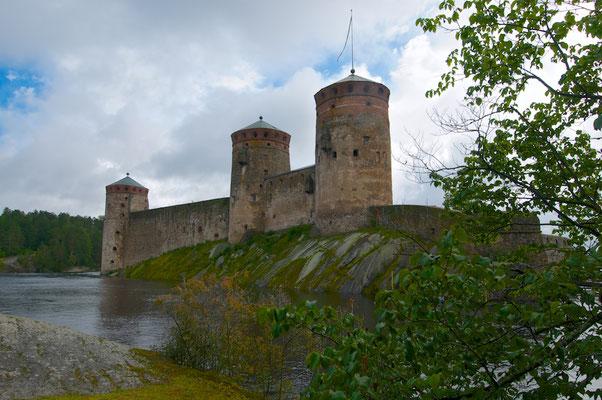 Olavinlinna ist eine Niederungsburg. Sie befindet sich im südöstlichen Finnland inmitten der Seenplatte im Saimaa-Seensystem
