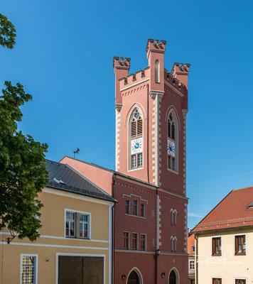 An das Schloss und seinen Hauptturm erinnert der hohe, 1866 errichtete neugotische Stadtturm
