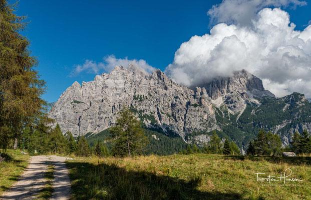 Auf dem Weg zum Refugio San Sebastiano, bieten sich immer wieder schöne Blicke auf den Cima Moiazza (2878 m)