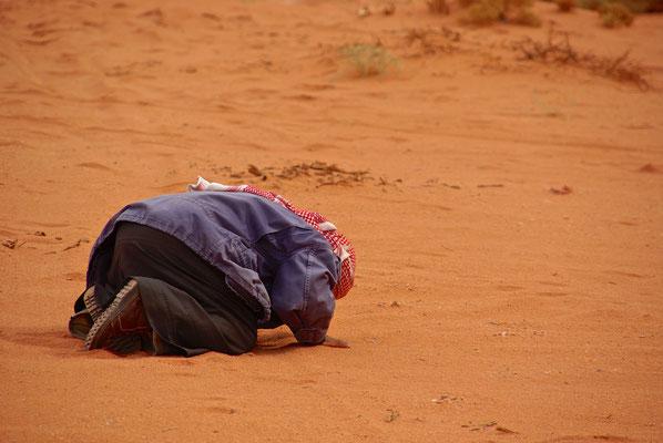 Gebet im Wüstensand