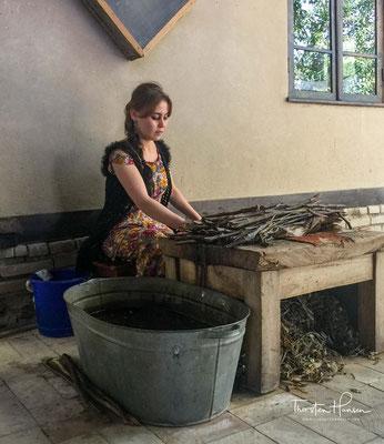 Traditionelle Herstellung von Papier aus Maulbeerbaumrinde