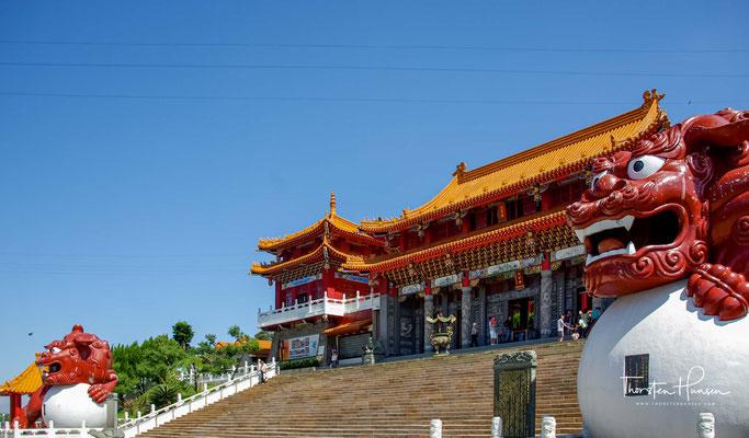 Es ist eine große und imposante Struktur mit drei separaten Hallen.