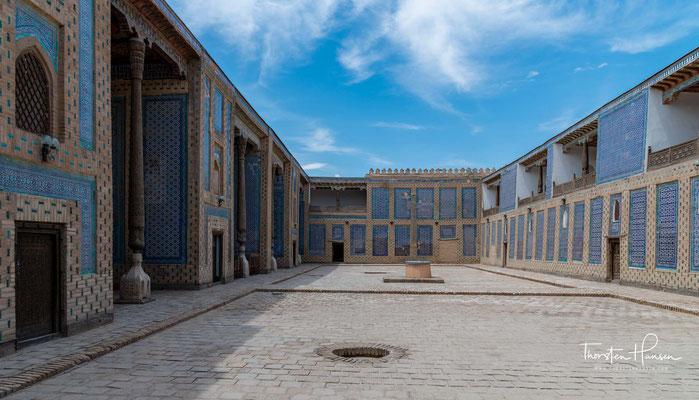 Tasch Hauli (deutsch steinerner Hof) ist ein Palast im Osten Ichan Qal'аs. Er wurde in der ersten Hälfte des 19. Jahrhunderts gebaut. Der Haremshof in Tasch Hauli