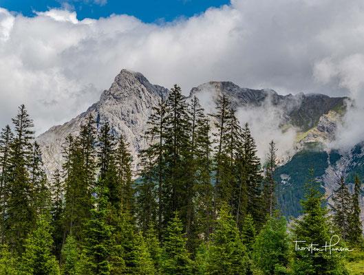 Blick zur Falkengruppe. Der höchste Gipfel der Gruppe ist der Laliderer Falk (2427 m ü. A.).
