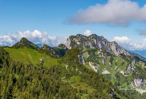 Diese Bergwanderung erfordert Trittsicherheit. Meist werden die Achselköpfe auf dem Weg von der Benediktenwand zum Brauneck oder umgekehrt überschritten. Die Achselköpfe können aber auch nordseitig umgangen werden.