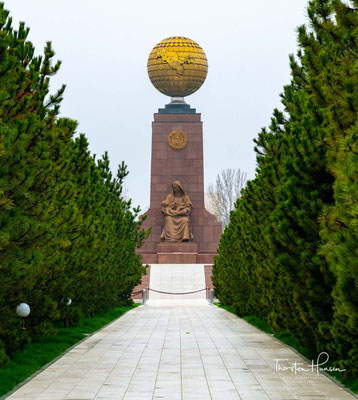 Unabhängigkeitsdenkmal auf dem Mustaqilik Maydoni. Das Unabhängigkeitsdenkmal in der usbekischen Hauptstadt Taschkent erinnert an die 1991 erlange Unabhängigkeit Usbekistans von der Sowjetunion.