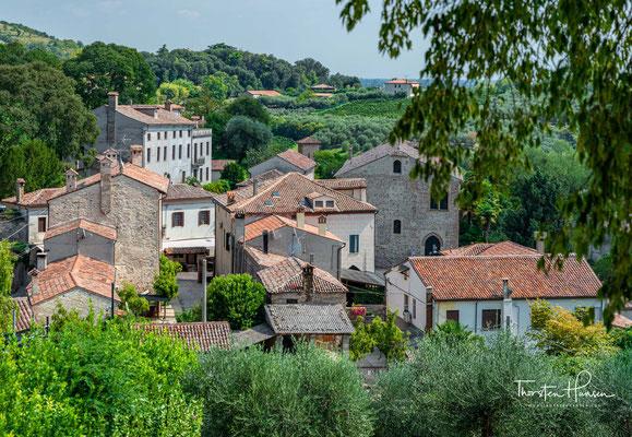 Der älteste Ortskern, aus dem dreizehnten Jahrhunderts, besteht aus einem arteigenen Baustil, während alle die übrigen Gebäude aus Trachyt bestehen, der aus den Steinbrüchen der Euganeischen Hügel stammt.