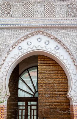 """Es wurde im 19. Jahrhundert von Minister Ahmed bin Musa zum Gedenken an den Namen seiner Frau """"Bahia"""" ins Leben gerufen und ist heute ein künstlerisches Meisterwerk aus dem Glanz der marokkanischen Architektur mit andalusischem Charakter"""