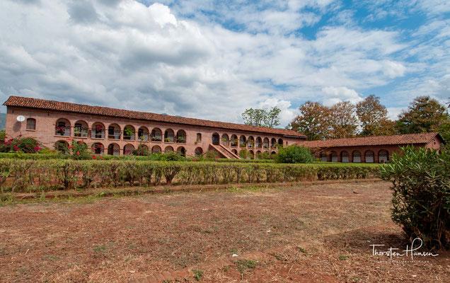 1902 bauten sie auch das erste Missionsgebäude und 1903 begannen sie mit dem Bau des großen Missionsgebäudes, das heute noch steht.
