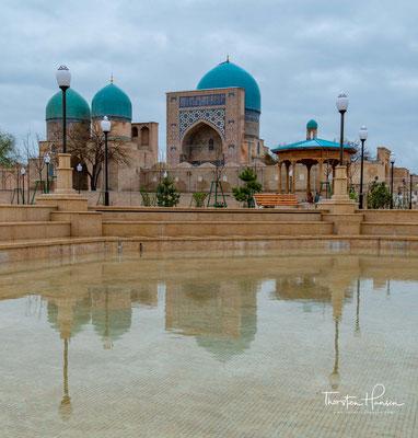 Die blaue Kuppel der Kok Gumbaz Moschee aus den Jahren 1435/36 fällt sofort durch ihre blaue Kuppel auf.
