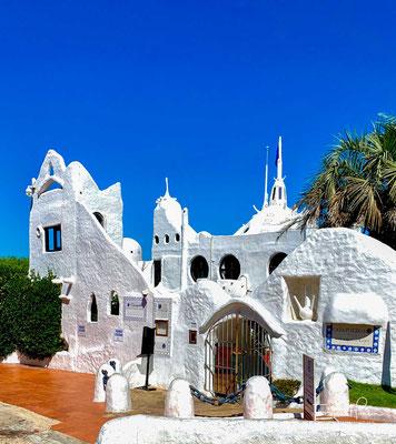 Der gesamte Gebäudekomplex ist im Stil griechischer Inseldörfer gehalten und erinnert in seiner Gebäudekaskade ein wenig an Santorini.