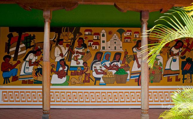 Die im kolonialistischen Stil erbaute Stadt wird auch La gran Sultana (die große Rosine, umgangssprachlich die fette Rosine) genannt. Die Stadt liegt am Fuße des 1344 m hohen Vulkans Mombacho.