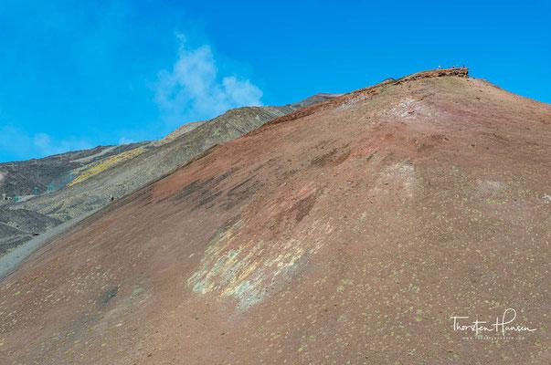 Vor etwa 600.000 Jahren begann im Mittelpleistozän der Vulkanismus im Bereich des heutigen Ätna, wobei sich die vulkanischen Aktivitäten über einen Zeitraum von rund 300.000 Jahren erstreckten und bis heute andauern.