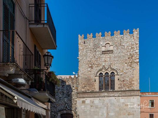 Der Palazzo Corvaja ist ein mittelalterlicher Palast in Taormina, Sizilien, Italien, der aus dem 10. Jahrhundert stammt.