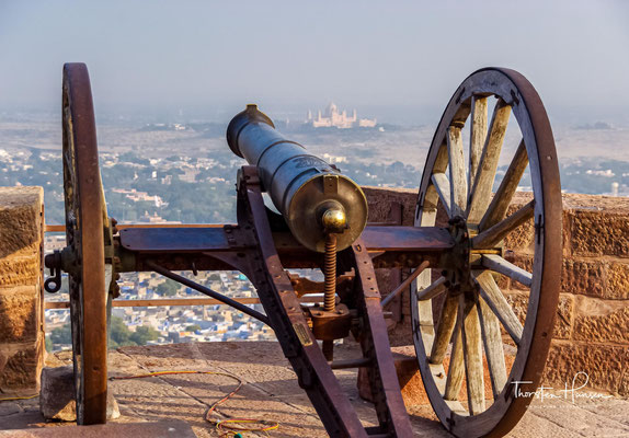 Nach Beendigung des Rundganges sollte man auf jeden Fall den einzigartigen Ausblick von den mit Kanonen bestückten südlichen Festungsmauern auf die sich weit ausbreitende Altstadt Jodhpurs genießen.