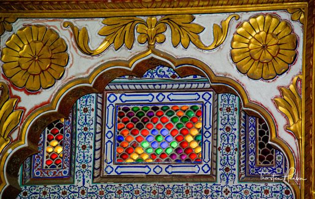 Die Zimmer des Palastes tragen Namen, wie Perlenpalast (Moti Mahal), Freudenpalast (Sukh Mahal) oder Blumenpalast (Phol Mahal)