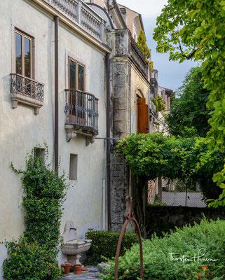 Neben zahlreichen Palästen finden sich hier der Dom und die Scuola dei Battuti.