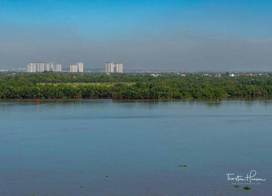 Der Đồng Nai (Sông Đồng Nai) ist nach dem Mekong der zweitwichtigste Fluss des südlichen Vietnams. Er entspringt im zentralen Hochland, fließt durch die Südostregion und mündet bei Ho-Chi-Minh-Stadt östlich des Mekongdeltas ins Südchinesische Meer.