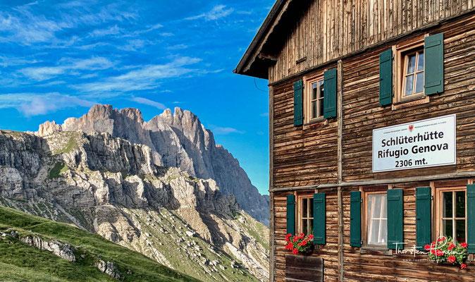 Direkt an den Dolomiten-Höhenwegen Nr. 2 und Nr. 8 liegt eingekesselt von den Aferer Geislern, vom Peitlerkofel, der Geisler- und Puez-Gruppe die Schlüterhütte.