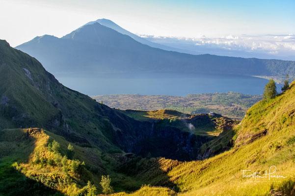 Nach Sonnenaufgang folgt eine Umwanderung des Kraters. Die Caldera des Mt. Batur misst gut und gerne über 7,5 Kilometer im Durchmesser.
