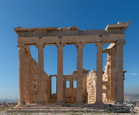 Der Tempel fasste in einer komplexen architektonischen Gestalt mehrere alte Kulte für insgesamt 13 Gottheiten und Heroen zusammen. So enthielt er das hölzerne, angeblich vom Himmel gefallene Kultbild der Stadtgöttin Athene