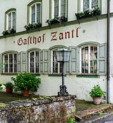 """Die folgenden Jahrhunderte beherrschen die Flößer, die Kistler mit ihren """"Tölzer Kästen"""", Truhen und Himmelbetten sowie die Bierbrauer das Gewerbe von Tölz. Um 1700 existieren in dem Markt 22 Brauereien, besonders München wird von ihnen beliefert."""