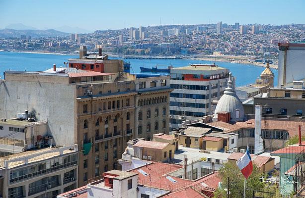 Blick auf Valparaíso mit Hafen im Vordergrund