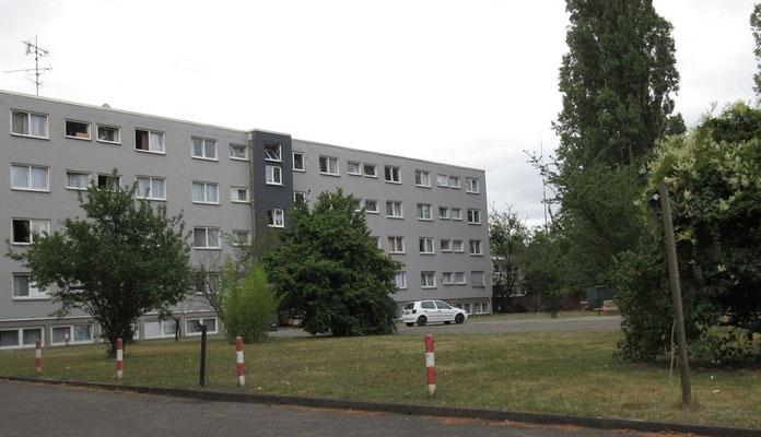 Rückseite des Hotels mit Wiese (ca 15 x 15 m)